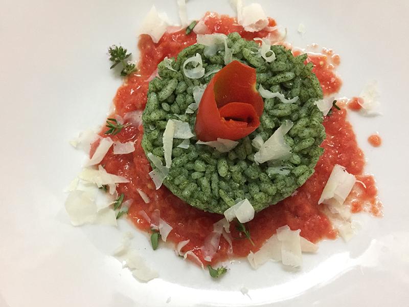 Risotto alla clorella su pomodoro infornato e parmigiano delle vacche rosse