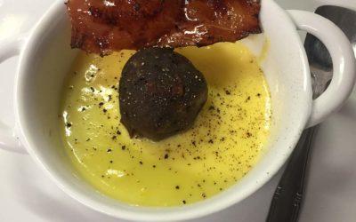 Canederlo dolce con speck croccante e crema inglese al pepe