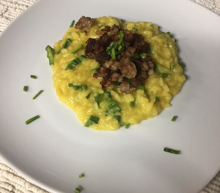 Risotto allo zafferano, con zucchine e salsiccia croccante
