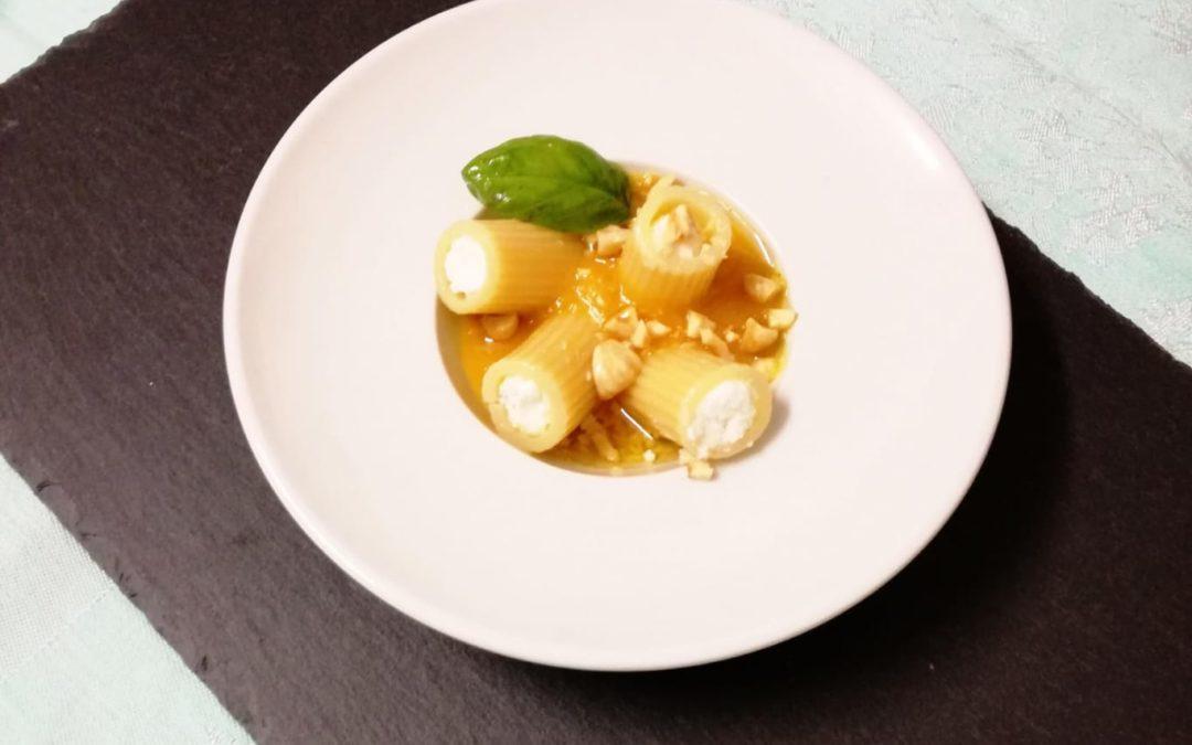 Mezze maniche ripiene di ricotta e basilico con passatina di pomodori gialli